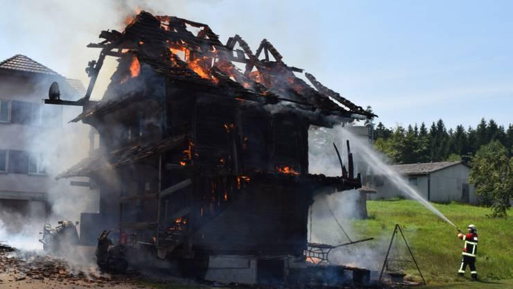 Spycher-Brand im Luzerner Hinterland: Ein altes Gebäude, das traditionell zur Aufbewahrung der Ernte diente, ist in Schötz abgebrannt. (Bild Luzerner Polizei)