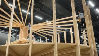 An der Swissbau, der Leitmesse der hiesigen Bauwirtschaft, wird in Basel vom 12. bis 16. Januar ein spektakulärer Pavillon aus Buchenholz präsentiert. Hier befindet er sich noch im Aufbau.