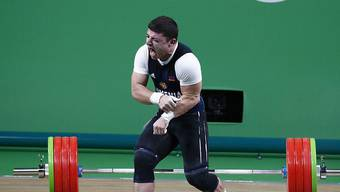 Man kann kaum hinsehen: Bei seinem, 195 Kilogramm zu stemmen, knickt Karapetyans Ellbogen.