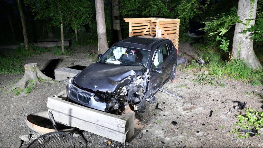 In Habsburg landet ein BMW-Fahrer in einer Grillstelle