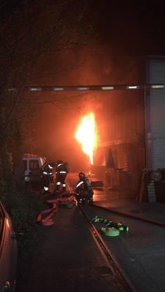 In einer Lagerhalle in Birsfelden ist in der Nacht auf Donnerstag ein Brand ausgebrochen, den die Feuerwehr rasch löschen konnte.