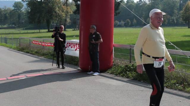 Schmid (Schweizer-Fahne) und Stricker kommen durchs Ziel.