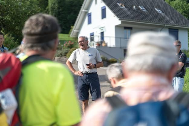 Roman Würsch, Chef vom Dienst az Nordwestschweiz, entschuldigt die beiden Leserwandern-Verantwortlichen Maria Brehmer und Tabea Riesen, wegen gesperrtem Passwang verzögerte sich ihre Ankunft.