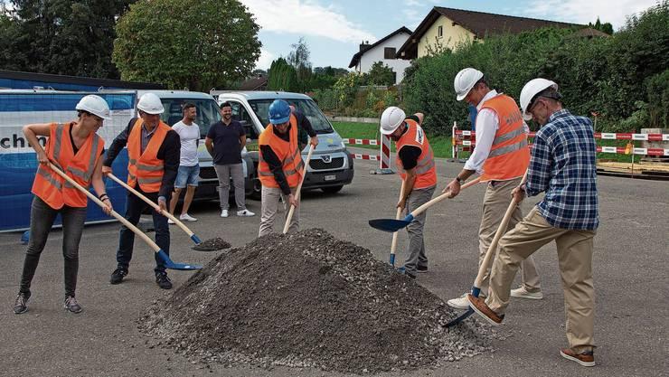 Sieht fast aus wie echt: Spatenstich mit allen Planern, Projektleiter Josef Korbotsch (Zweiter von links) und Gemeindeammann Hannes Küng (ganz rechts).