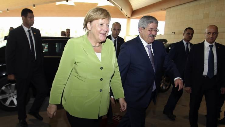 Angela Merkel zu Besuch bei Algeriens Premierminister Ahmed Ouyahia in Algier: Zu Hause wartet bereits die Krise um Hans-Georg Maassen.