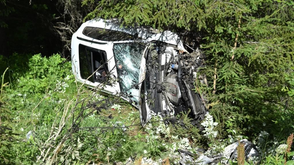 Glück im Unglück für die beiden Autoinsassen: Sie kamen mit leichten Verletzungen davon.