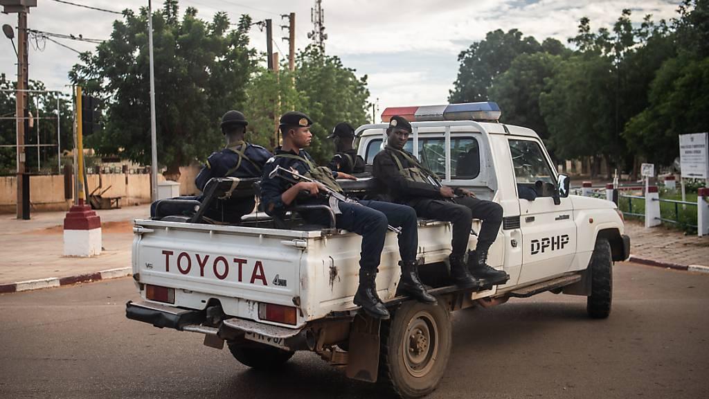 ARCHIV - Bewaffnete Polizisten sitzen auf einem Toyota-Pickup in der Hauptstadt der Republik Niger. Foto: Arne Immanuel Bänsch/dpa
