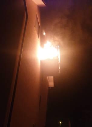 Safenwil AG, 21. Juli: In einem Mehrfamilienhaus bracht im obersten Stock auf dem Balkon ein Brand aus.  Eine 26-jährige Frau musste jedoch infolge Rauchgasvergiftung ins Spital gebracht werden.