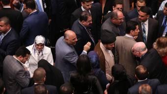 Neu gewählte Parlamentarier bei erster Sitzung am 1. Juli