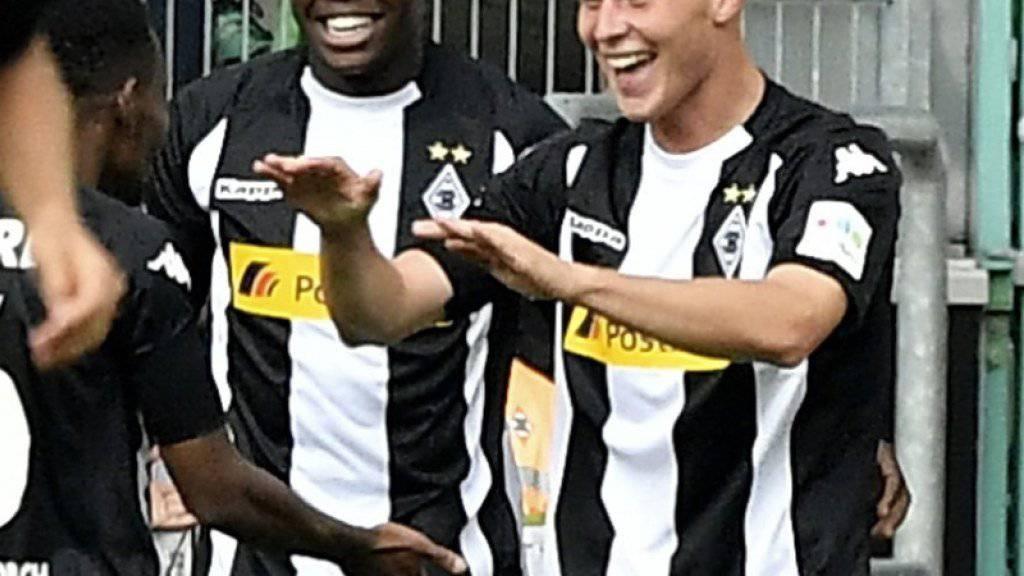 Nico Elvedi (rechts) jubelt über sein erstes Bundesliga-Tor und den Gladbacher Startsieg