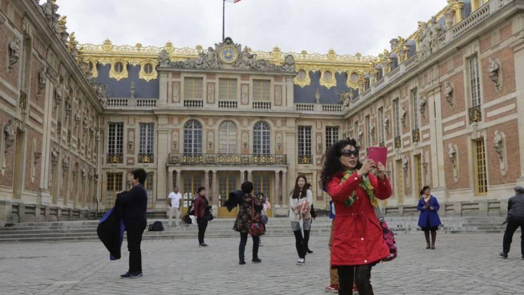 Touristen, die am Dienstag Schloss Versailles auf dem Einkaufszettel hatten, mussten wegen Streiks unverrichteter Dinge wieder abziehen. Auch zahlreiche andere Kulturinstitutionen in und um Paris waren vom Ausstand betroffen. (Archivbild)