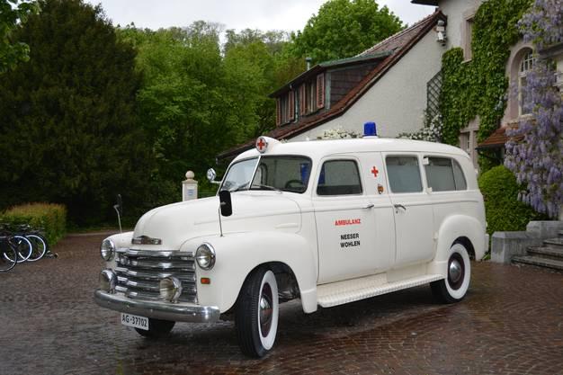 Am Eingang der Villa steht ein historischer Ambulanzwagen, der die Besucher bereits in das Thema einstimmt.