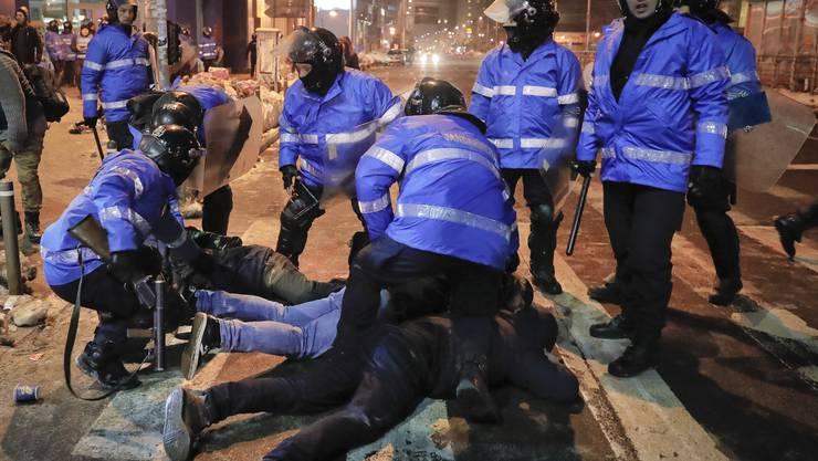 Vor dem Regierungssitz in Rumäniens Hauptstadt Bukarest ist es am Mittwochabend zu gewaltsamen Zusammenstössen gekommen.
