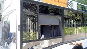 Das Rad knallte gegen die Busscheibe und zerstörte sie.