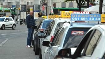 axifahrer warten gestern Nachmittag beim Bahnhof auf Kunden. Auf dem Diagonal-Taxi (vorne im Bild) wirbt ein Unia-Aufkleber gegen das Taxigesetz.