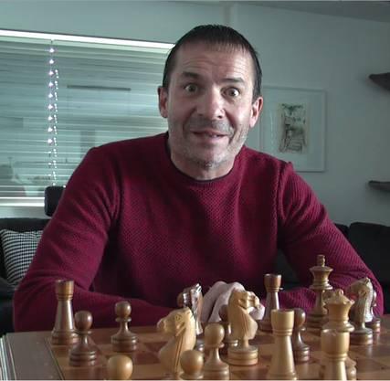 Der «Depp» sitzt zwar vor einem Schachbrett, ist aber mehrheitlich ahnungslos.