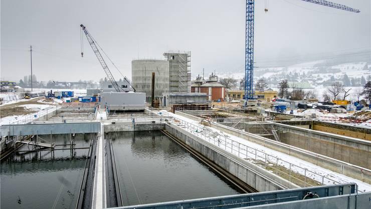 Die ARA in Reinach ist eine Grossbaustelle: Links ist die neue Reinigungsstrasse zu sehen, rechts werden die alten Becken vergrössert und saniert. Peter Siegrist