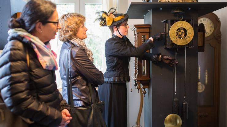 Rebekka Meier führt die Gäste durch die Villa.
