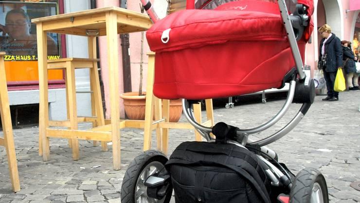 Im Freien stören Kinderwagen neben den Tischen kaum. Nimmt man sie aber ins Café oder Restauranthinein, so wird es in der Regel nicht nur eng, sie behindern das Servicepersonal auch bei der Arbeit. az/Archiv