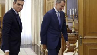 Spaniens König Felipe VI. (rechts), hier vor dem Sondierungsgespräch mit Sozialistenchef Pedro Sanchez, sieht keinen Spielraum für eine Regierungsbildung.
