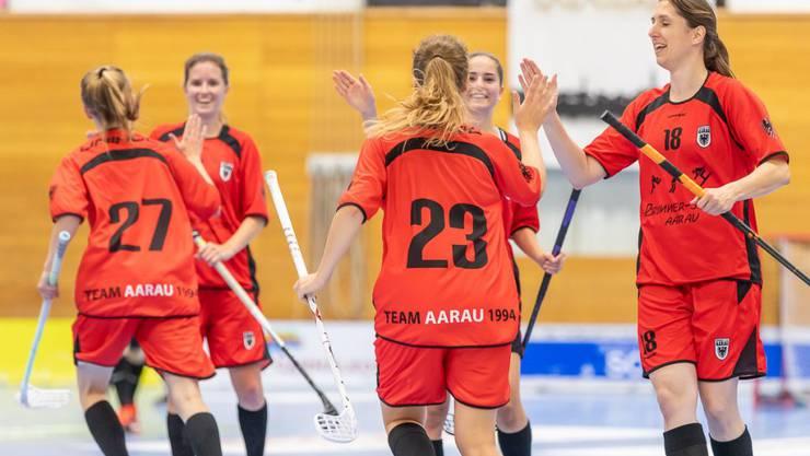 Die Aarauer Spielerinnen bejubeln den Treffer zum 4:1 gegen Lok Reinach.