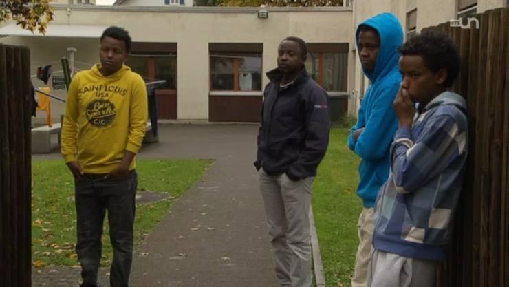 Jugendliche Asylbewerber vor einem Aargauer Asylheim. Bei der Betreuung sieht der Kanton Verbesserungsbedarf.