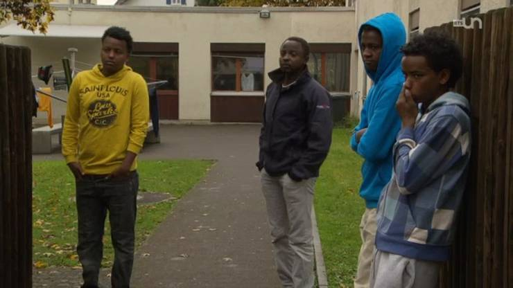 Für die Jugendlichen gibt es im Asylzentrum kaum Beschäftigungsmöglichkeiten, deshalb hängen sie oft vor der Unterkunft herum.