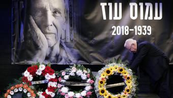 """Abschied von """"unserem geliebten Amos"""": Israels Staatspräsident Reuven Rivlin am Sarg von Schriftsteller Amos Oz."""