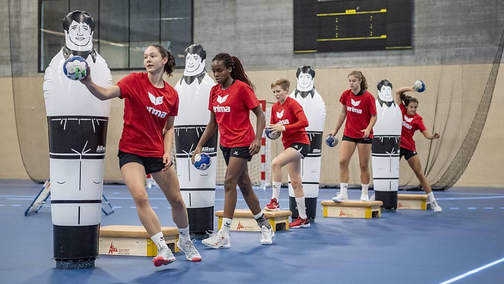 Ein Schweizer Frauenhandball Nachwuchs Team trainiert in der Sporthalle für Hallensport im «OYM».