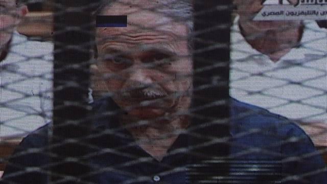 Das Bild von Husni Mubarak auf einer Leinwand ausserhalb des Gerichtsgebäudes