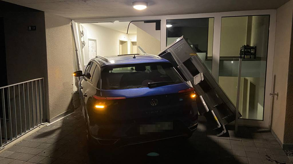 Auto prallt ungebremst gegen Hauseingang