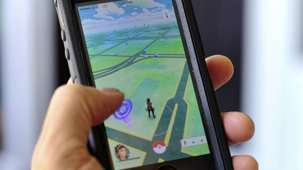 Auf einmal ist man wegen «Pokémon Go» so sehr in sein Handy vertieft, dass man die Polizei nicht mehr wahrnimmt.