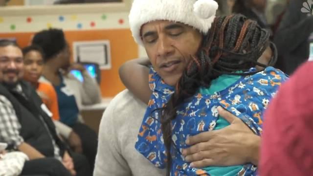 Barack Obama verteilt als Samichlaus Geschenke