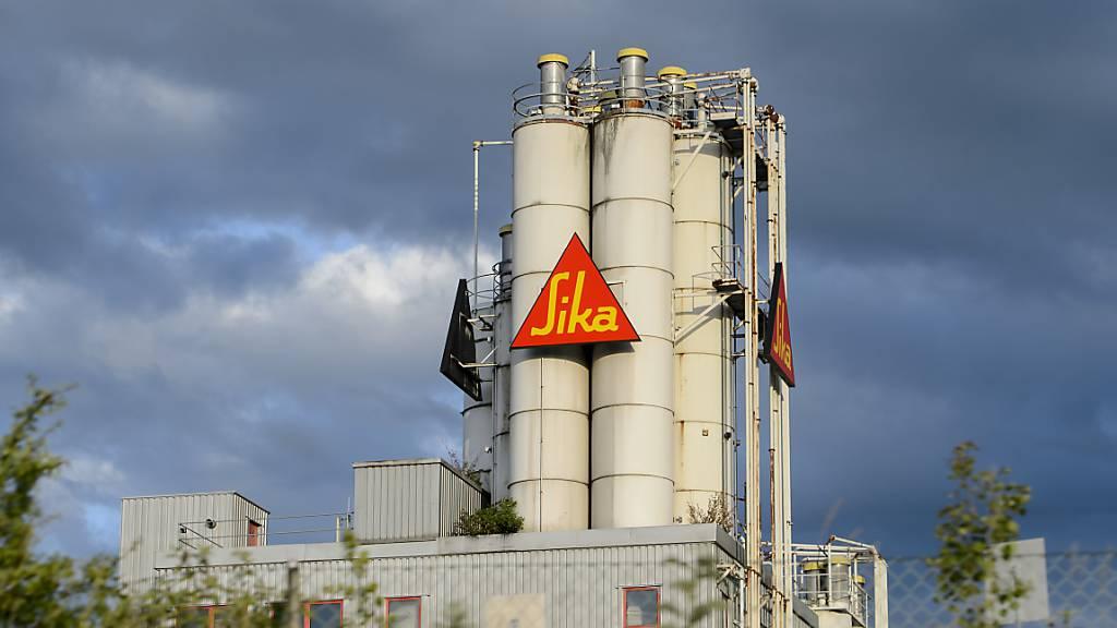 Der Bauchemie- und Klebstoffhersteller Sika musste aufgrund der Coronakrise in der ersten Jahreshälfte einen Umsatzrückgang von über 3 Prozent hinnehmen. Ohne einen Firmenzukauf hätte das Minus sogar rund 10 Prozent betragen. (Archivbild)