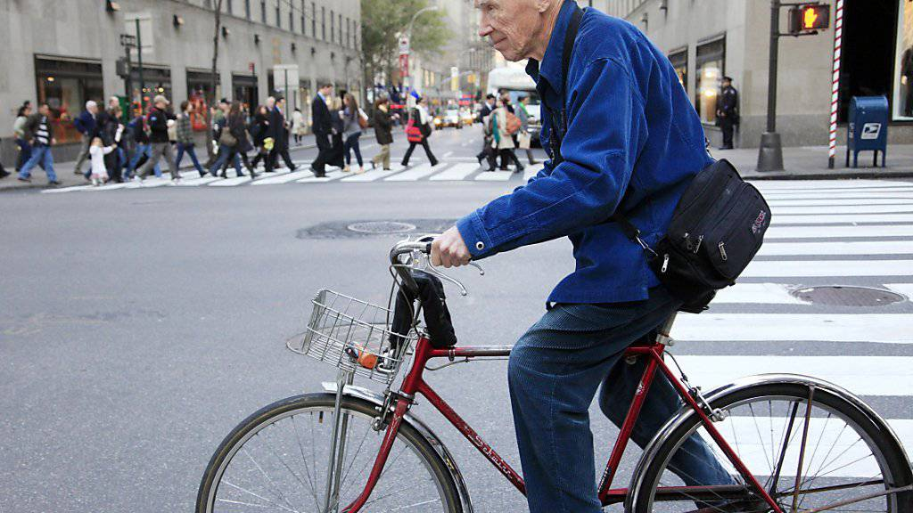 Bill Cunningham auf dem Weg zur Arbeit, Aufnahme vom November 2010: Der Modefotograf war auch bekannt für seine Alltagsfotos aus New York. (Archivbild)