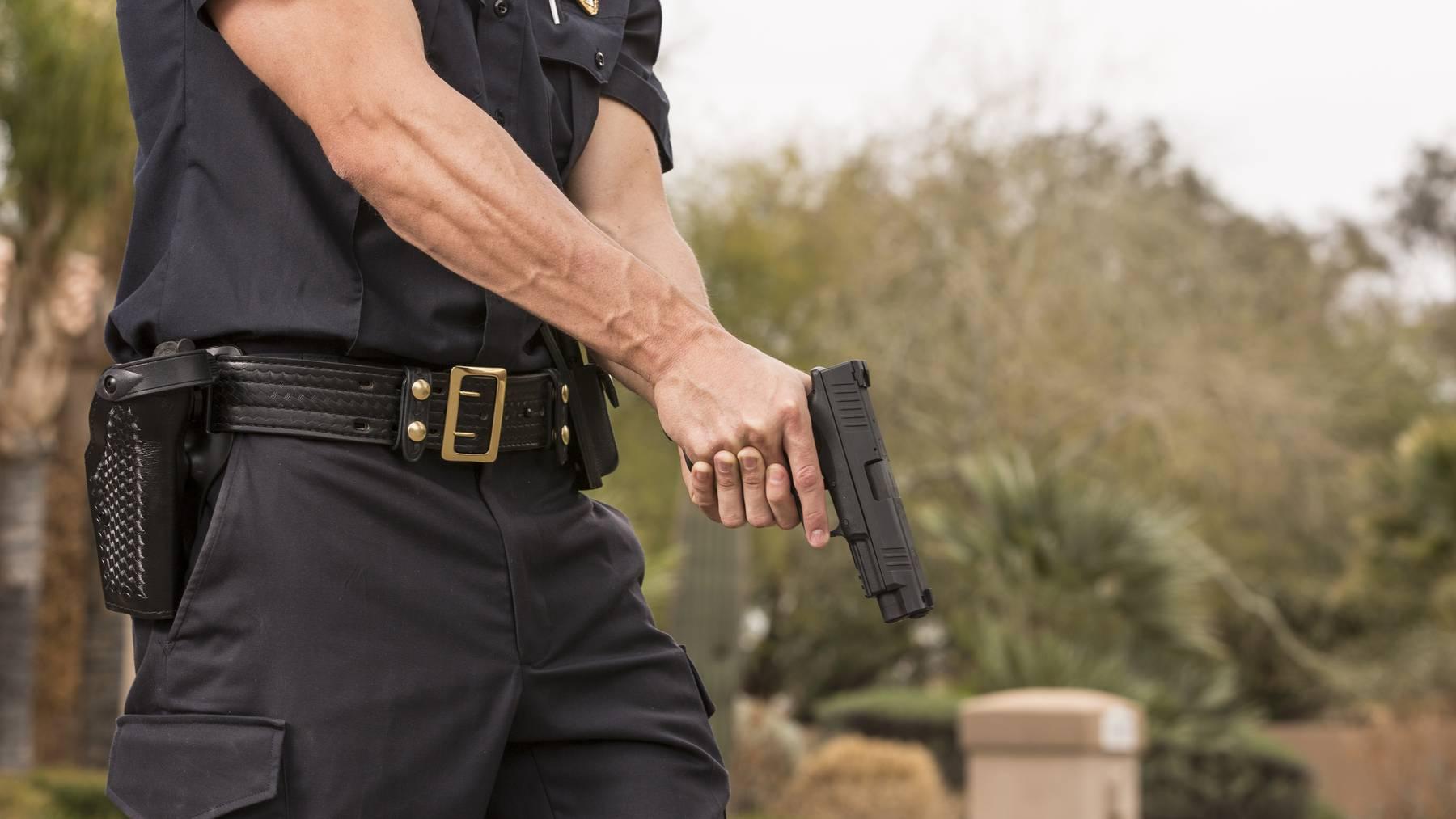 Zückt ein Polizist seine Waffe, zieht dies immer eine Untersuchung mit sich. (Symbolbild)