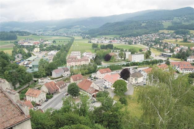 Das Trassee Nord: Am linken Bildrand beginnt in der Mitte die neue Strecke, führt am Augstbach entlang, vorbei an den Mehrfamilienhäusern und mündet in den neuen Kreisel bei der «Thalstation».