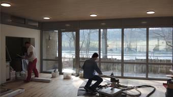 Im Aufenthaltsraum des Vereinshauses verlegen zwei Pontoniere den Boden aus Eichenholz.MEB