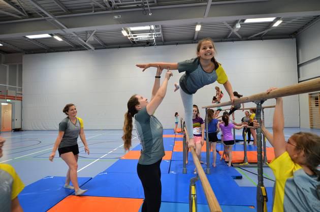 Die 18 Mädchen der Geräteriege 1, Schulstufenbarren, des Turnvereins Merenschwand sind auf Erfolgskurs.