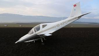 Das Flugzeug blieb nach einer Notlandung äusserlich praktisch unbeschädigt auf dem umgepflügten Feld. Fluglehrer und Flugschüler blieben unverletzt (Bild: Kantonspolizei Waadt)