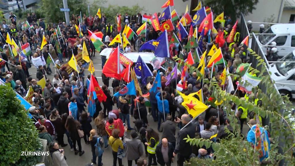 Kurden versammeln sich vor dem türkischen Konsulat