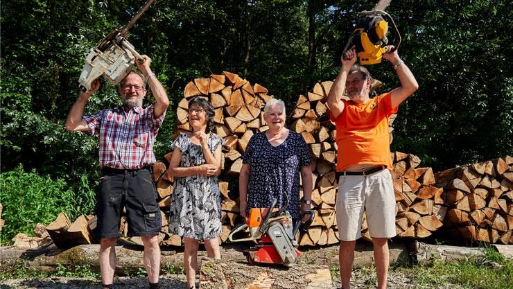 Beni Steimer (l.), geht in Pension. Neben ihm Ehefrau Yvonne, Gemeindeammann Marlène Koller und Förster Daniel Hitz. Colin Frei