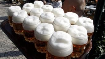 Der Bierkonsum steigt mit den Temperaturen an.