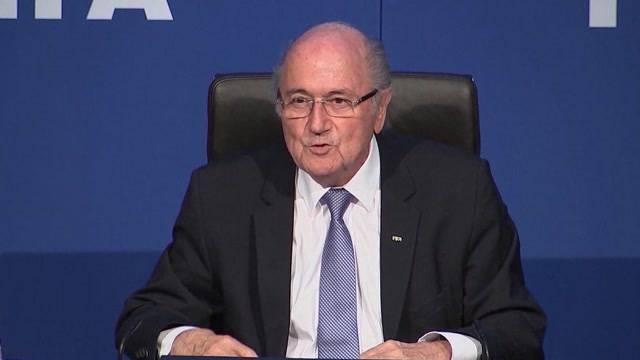 Komiker bewirft FIFA-Boss mit Falschgeld