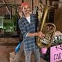 Der Netzwerker Fynn Kliemann hält im Juli 2017 in einem der Schuppen auf seinem Kreativhof ·Kliemannsland· im Dorf Rüspel bei Zeven (Niedersachsen) eine Tuba in den Händen. (Archiv)