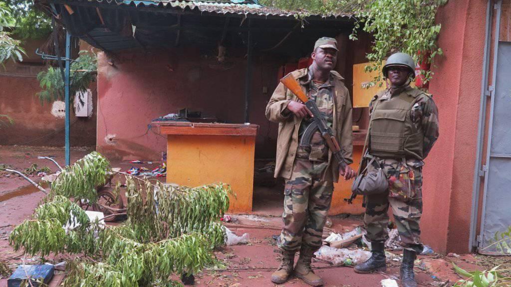 Malische Soldaten bewachen nach einem Anschlag ein Hotel in Sevara - die UNO richtet im Land nach Aufflammen der Konflikte eine Sicherheitszone ein (Symbolbild).