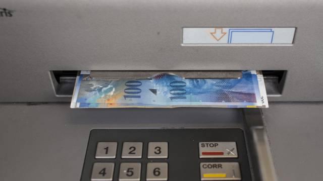 Geldnoten in einem Bancomat (Symbolbild)