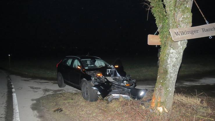 Vor der Reussbrücke kam die 42-Jährige von der Strasse ab und prallte gegen einen Baum.