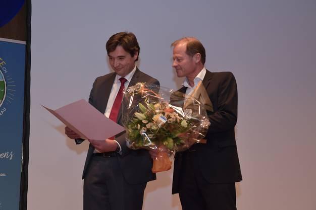 Marc Reist erhält den Kulturpreis von Stadtpräsident François Scheidegger.