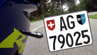 Viel dreister geht es wohl kaum: Im Aargau rast ein unbekannter Töfffahrer durch den Kanton. Und das mit einer gestohlenen Nummer. Er verletzte bereits etliche Mal die Verkehrsregeln, schnappen konnte ihn die Polizei noch nicht.
